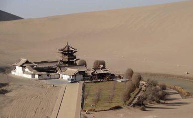 Chiny. Niezwykłe groty na pustyni