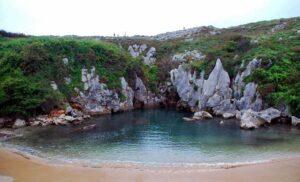 Hiszpania. Playa de Gulpiyuri – najmniejsza plaża świata